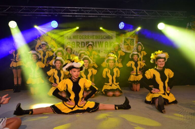 Spagat der Tanzmädchen des AKV Vallis Comitis auf dem Gardebiwak Asperden